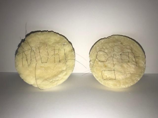 Mutti-Umma, 2017, 5x5cm, Mutter's ausgefallene Harre, Milch und Essig
